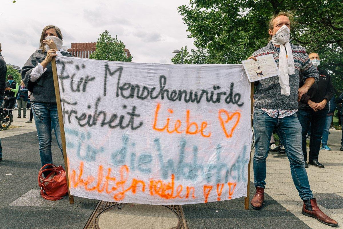 "Teilnehmer der ""Corona Diktatur nein Danke!"" Kundgebung am Goseriedeplatz am 16.05.20."