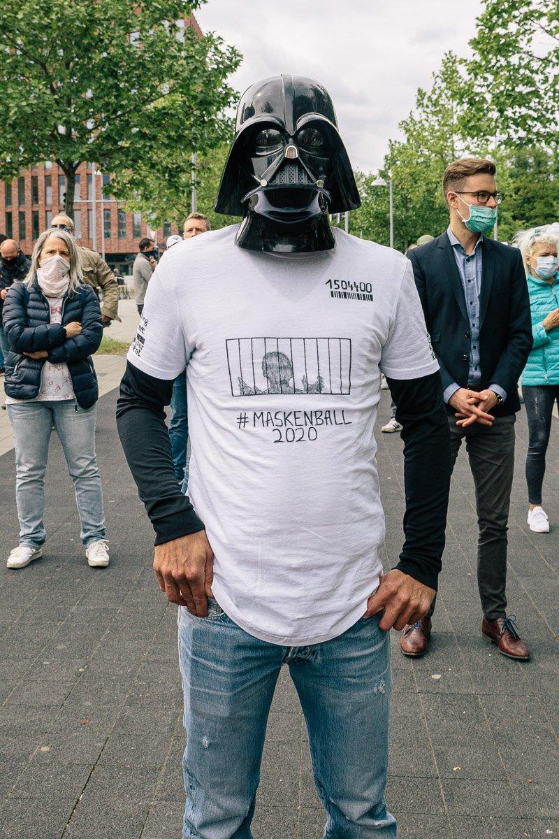 """Ein Teilnehmer der """"Corona Diktatur nein Danke!"""" Kundgebung am Goseriedeplatz am 16.05.20."""