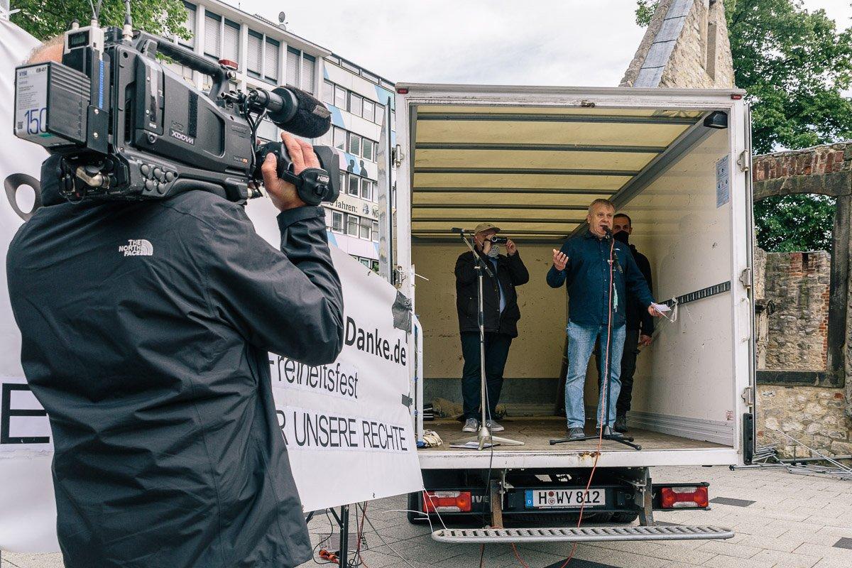 """Kai Orak auf der Bühne bei der """"Corona Diktatur nein Danke!"""" Kundgebung am Goseriedeplatz am 16.05.20."""