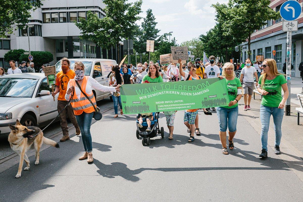 """Demonstration von """"Walk to freedom"""" am 20.06.20."""