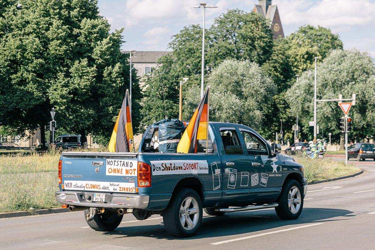 """Autocorso von selbsternannten """"Coronarebellen"""" am 27.06.20 in Hannover."""